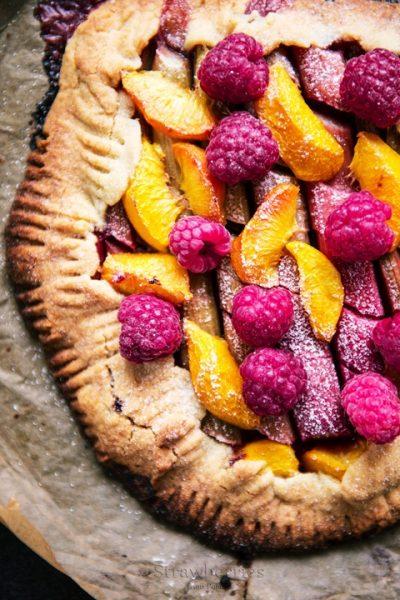 kruche ciasto z rabarbarem i i brzoskwiniami